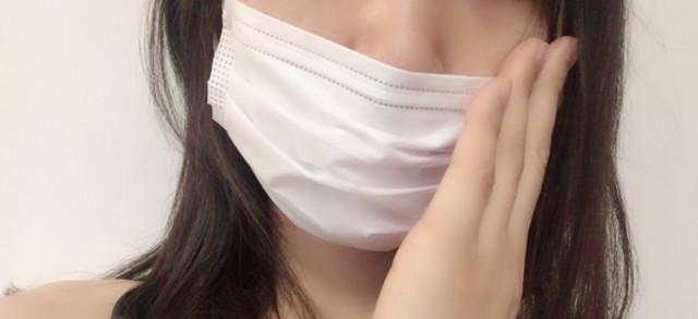 顔をマスクで隠しているイメージ